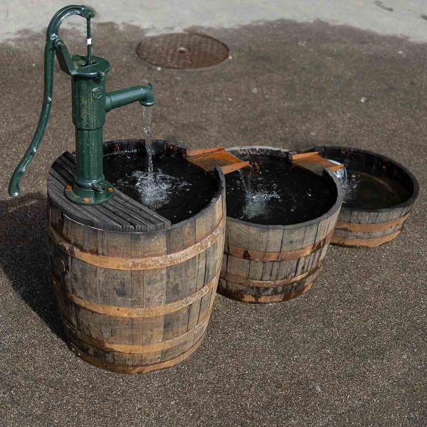 Wasserspiel aus Whiskyfässern